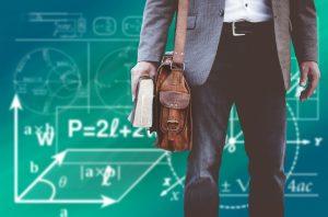 Tous des apprenants faice à la formation digitale - étudiants avec équation et cahier