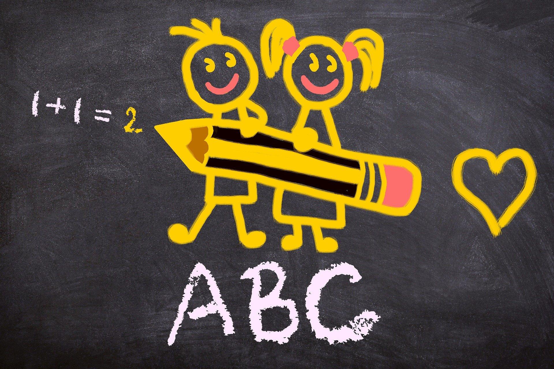 Enfants avec un crayon pour un retour à l'école